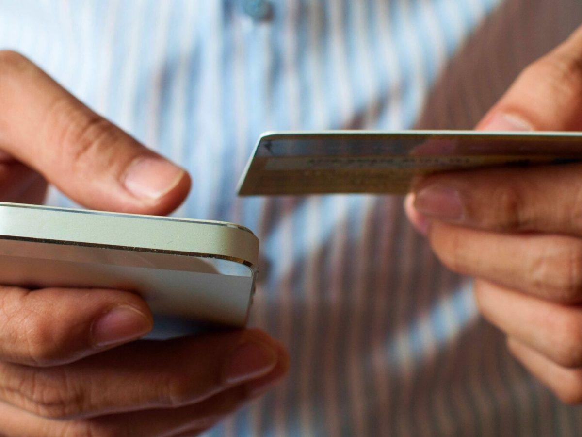Kreditkarte neben einem Smartphone