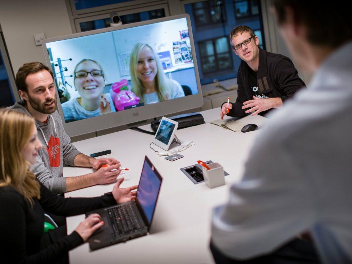 Die Kolleginnen und Kollegen von Funke Digital bei einer Produkt-Besprechung