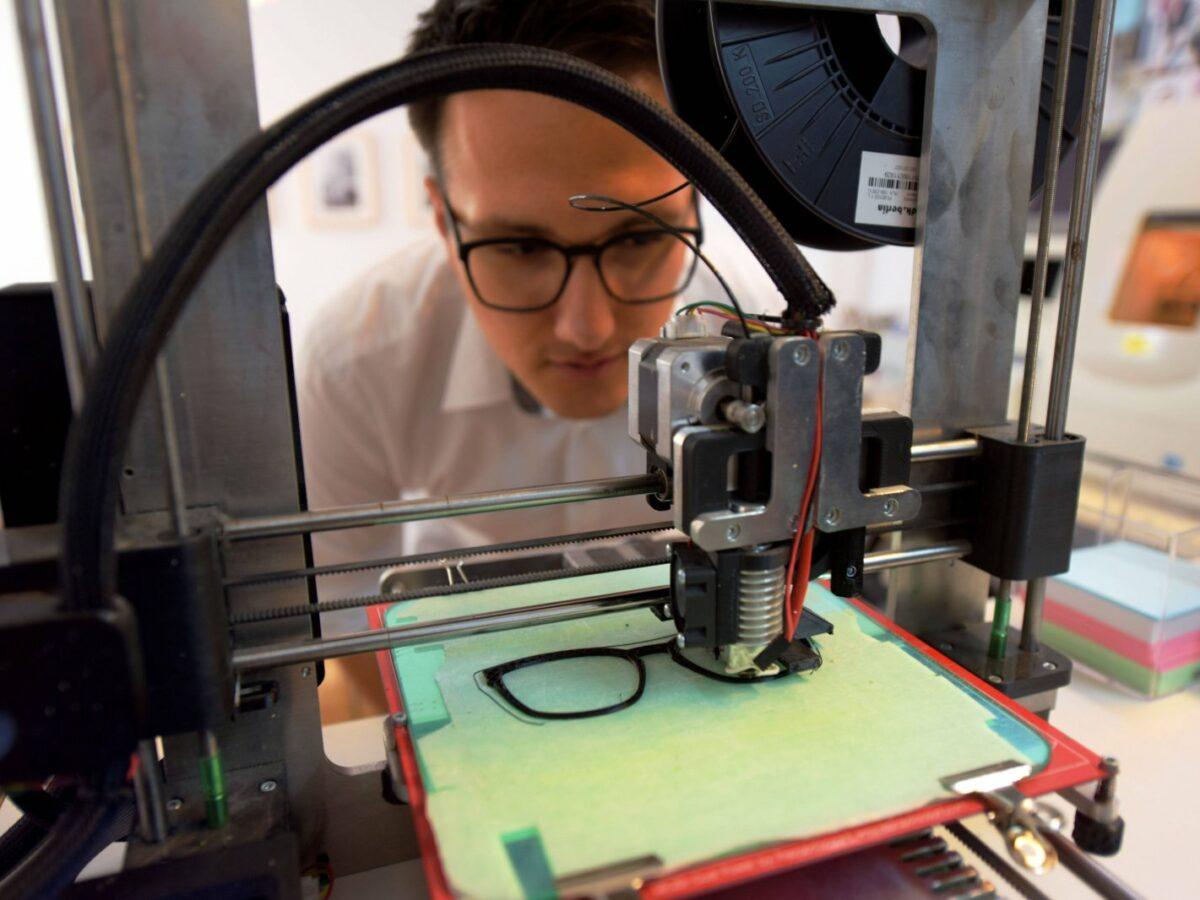 3D-Drucker druckt Brille.