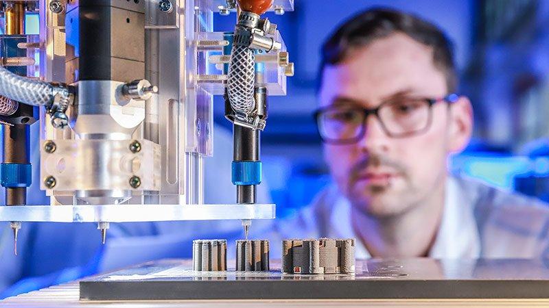 Johannes Rudolph überwacht den 3D-Multimaterialdruck im Labor.