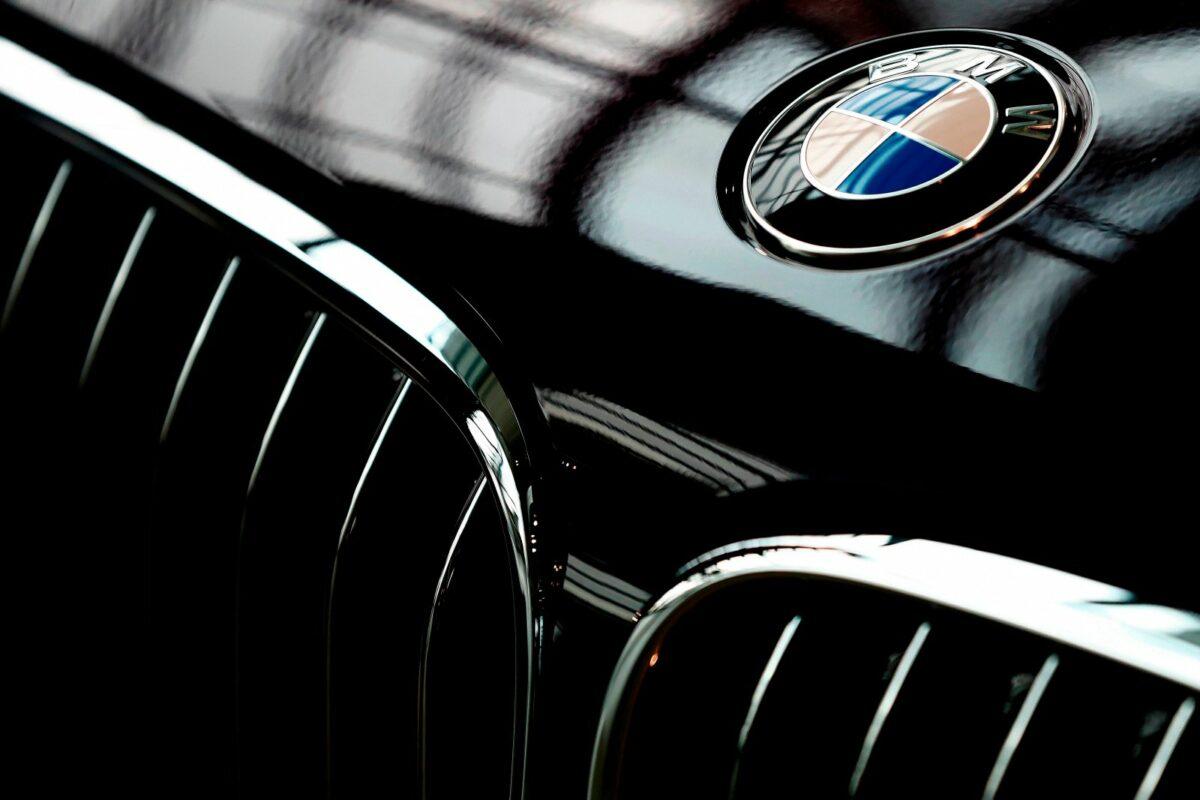 Das Logo von BMW auf einer Motorhaube.