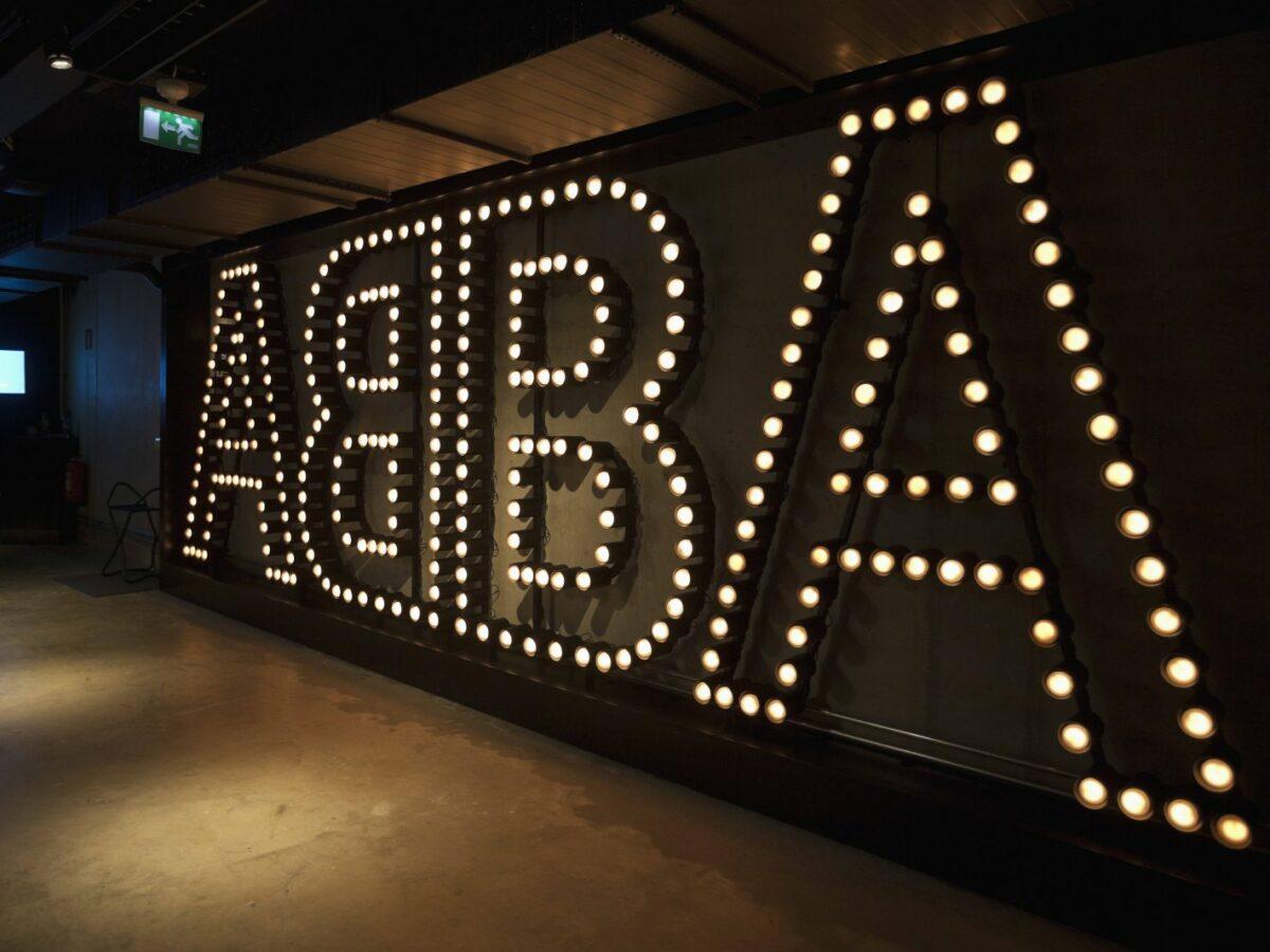 ABBA-Logo im Museum in Stockholm