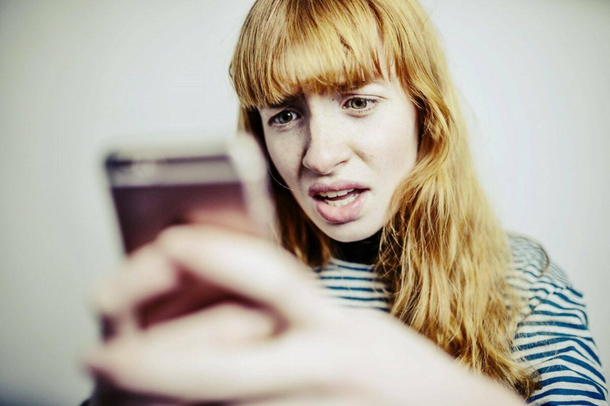 Frau ärgerlich am Handy