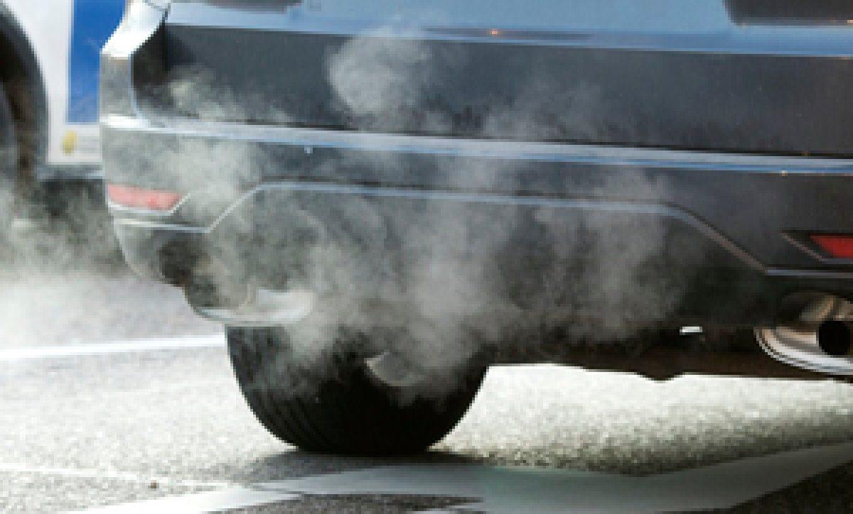 Auspuffrohr eines Autos mit Abgasen