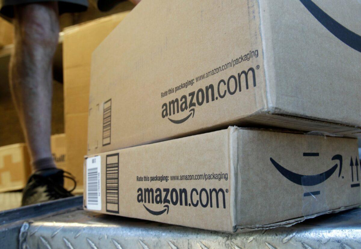 Das Bild zeigt zwei Pakte von Amazon.