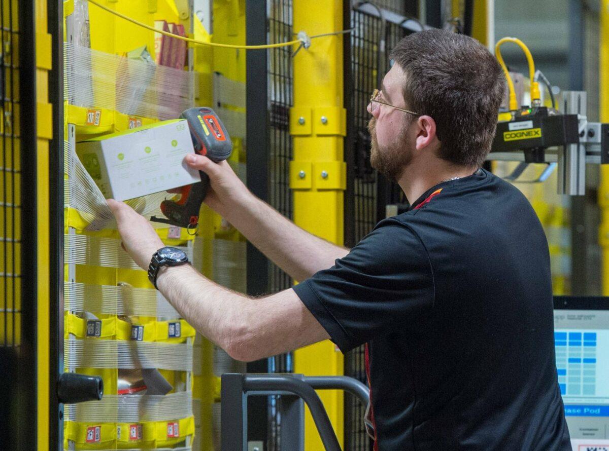 Ein Mitarbeiter in einem Amazon-Logistik-Lager