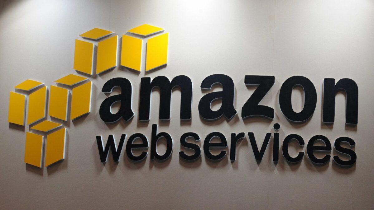 Das Logo von Amazon Web Services.