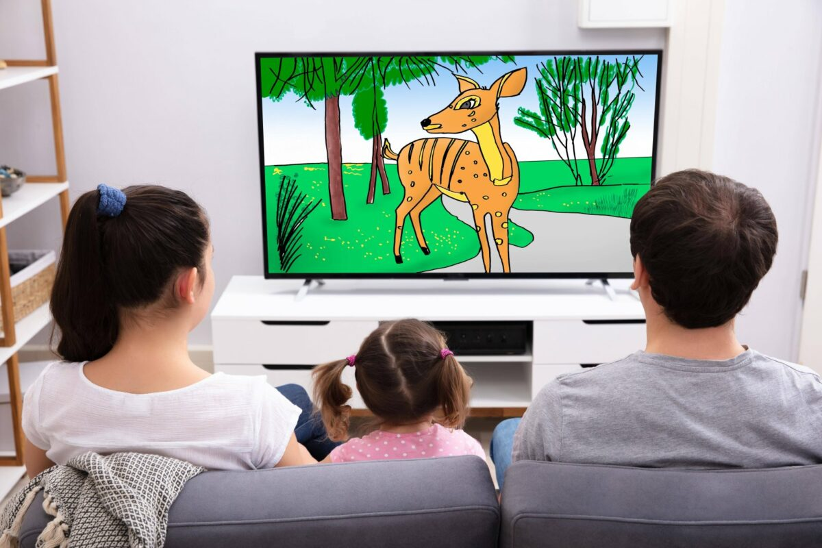Familie schaut gemeinsam Fernsehen