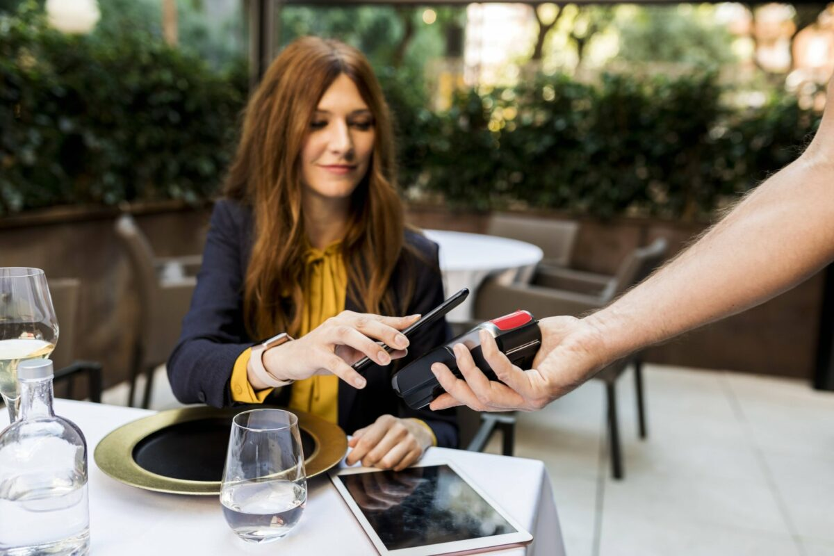 Frau bezahlt mit Smartphone