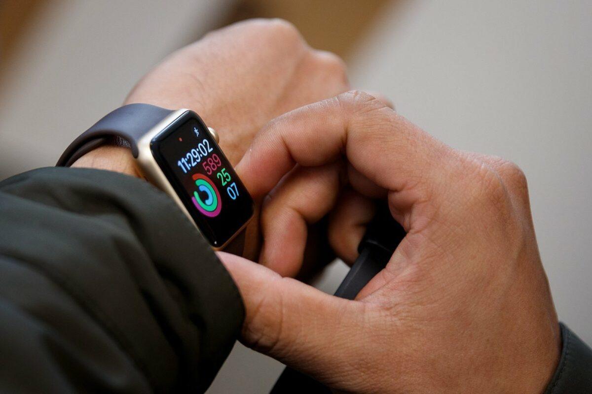 Person trägt Apple Watch am Handgelenk