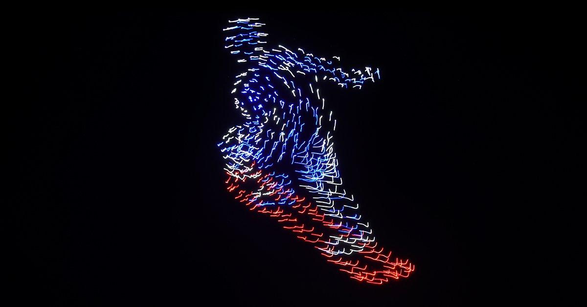 Eine Software koordiniert Flugbahnen der Drohnen und malt Motive in den Nachthimmel.