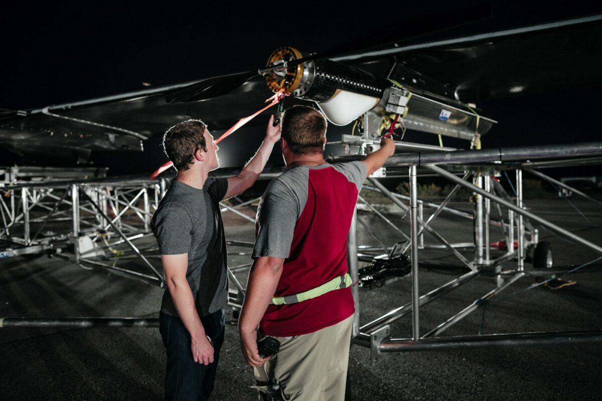 Mark Zuckerberg und ein Ingenieur vor der Internet-Drohne Aquila