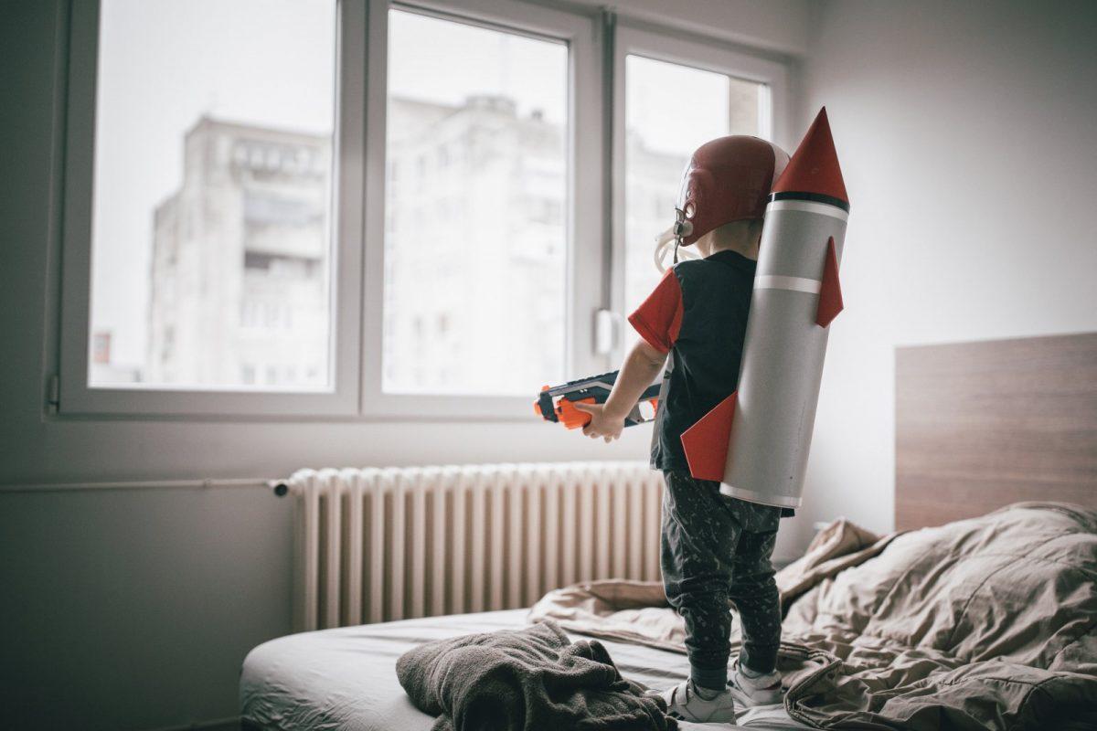 Junge spielt Astronaut.