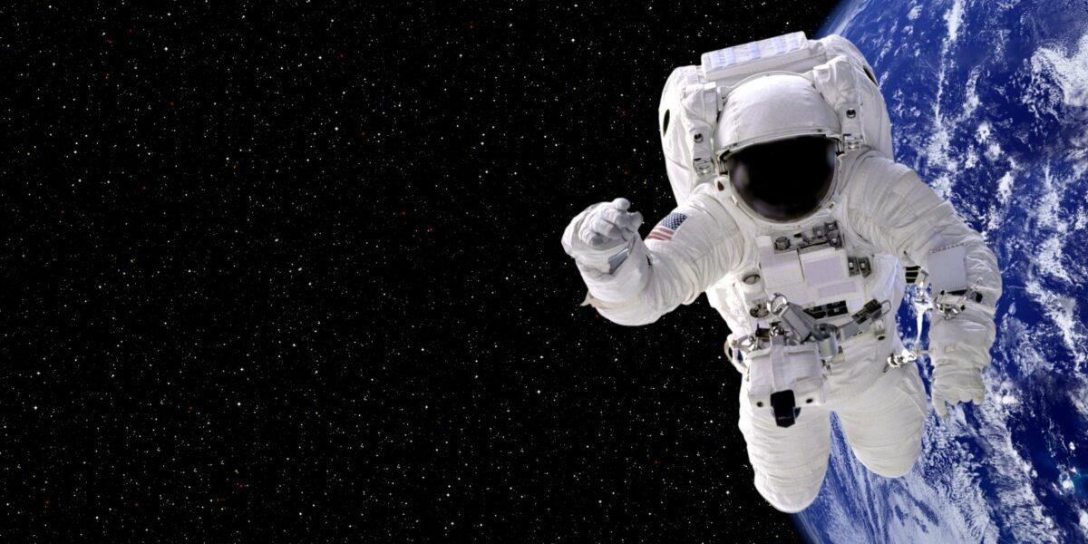 Ein Astronaut schwebt durchs all.