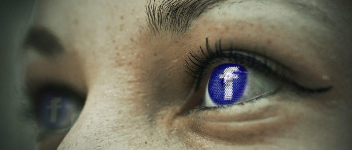 Facebook-Logo im Auge eines Menschen