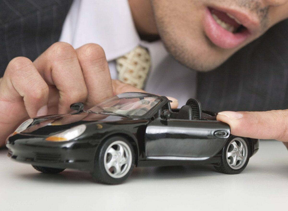 Ein Mann mit einem Spielzeugauto