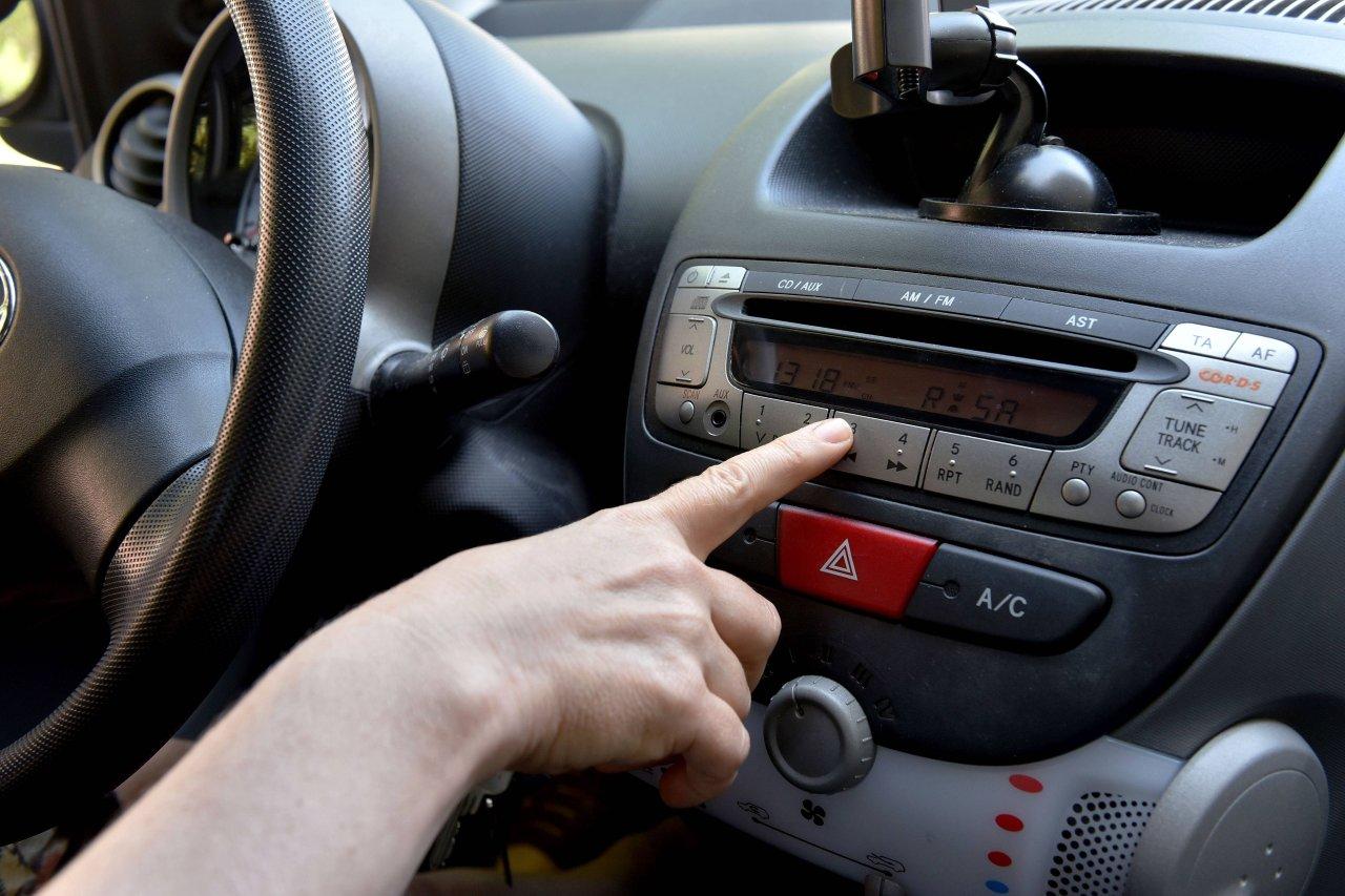 Dein Autoradio muss weichen, wenn du eine Tablet-Halterung im Auto möchtest.