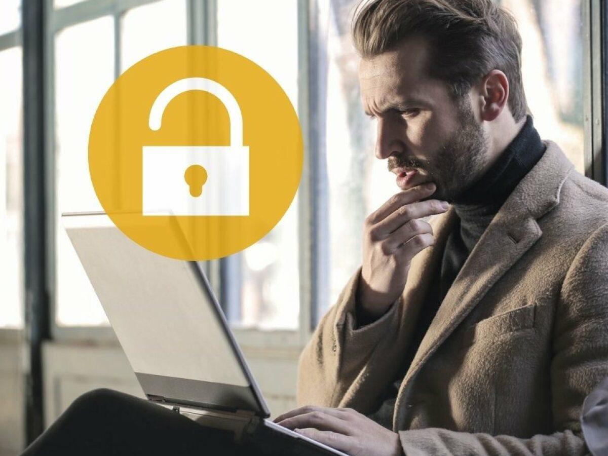 Ein Mann schaut angestrengt auf seinen Laptop.