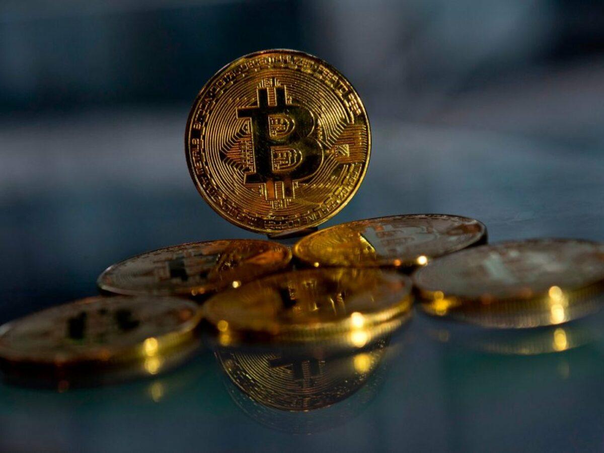 Einige Bitcoins vor dunklem Hintergrund.