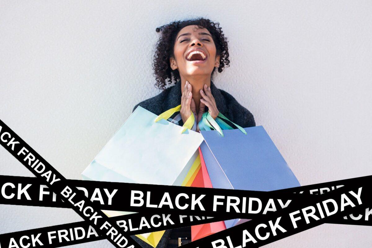 Frau freut sich mit Einkaufstüten in der Hand