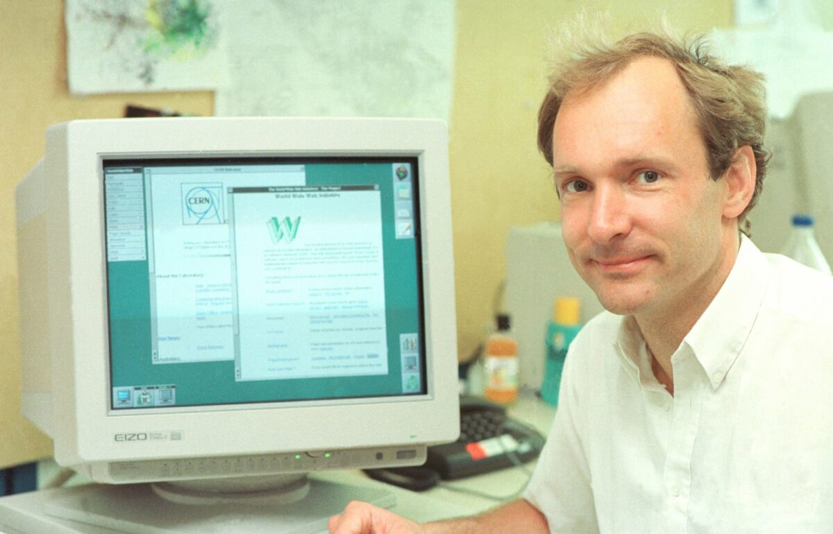 Tim Berners-Lee an seinem Arbeitsplatz im CERN 1994.