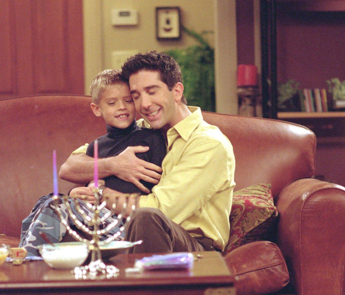 """""""Riverdale""""-Star Cole Sprouse als Kinderstar an der Seite von David Schwimmer in """"Friends""""."""