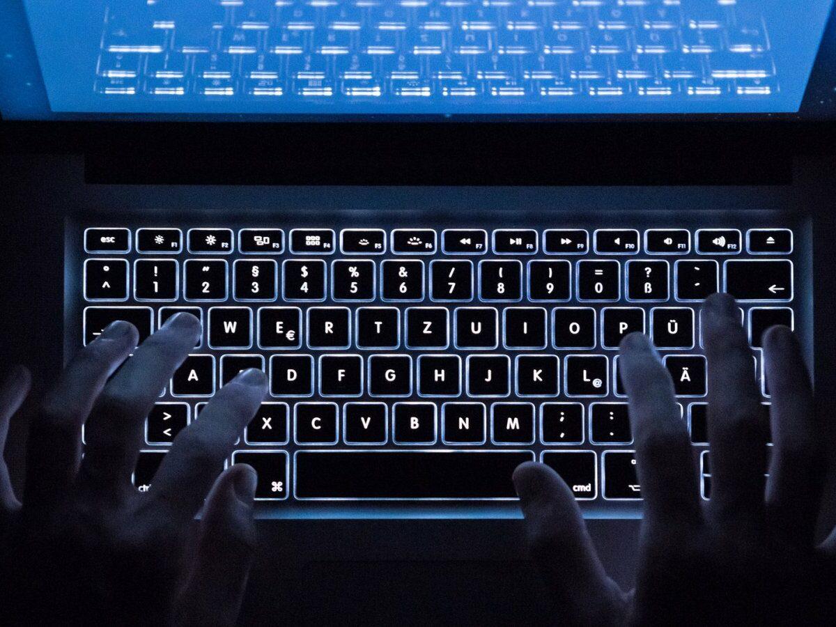 Hände am Rechner über Tastatur