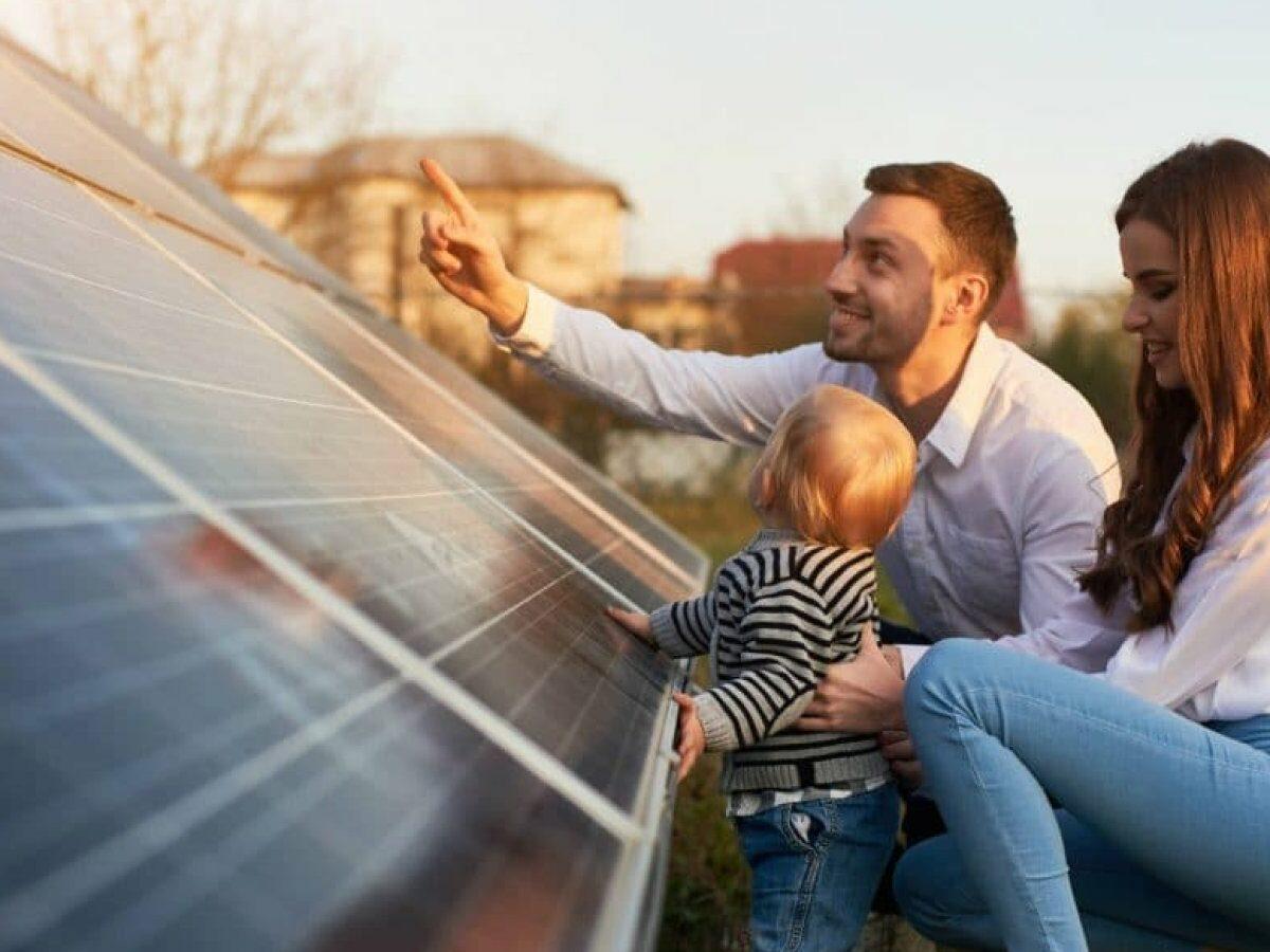 Junge Familie blickt auf Solaranlage