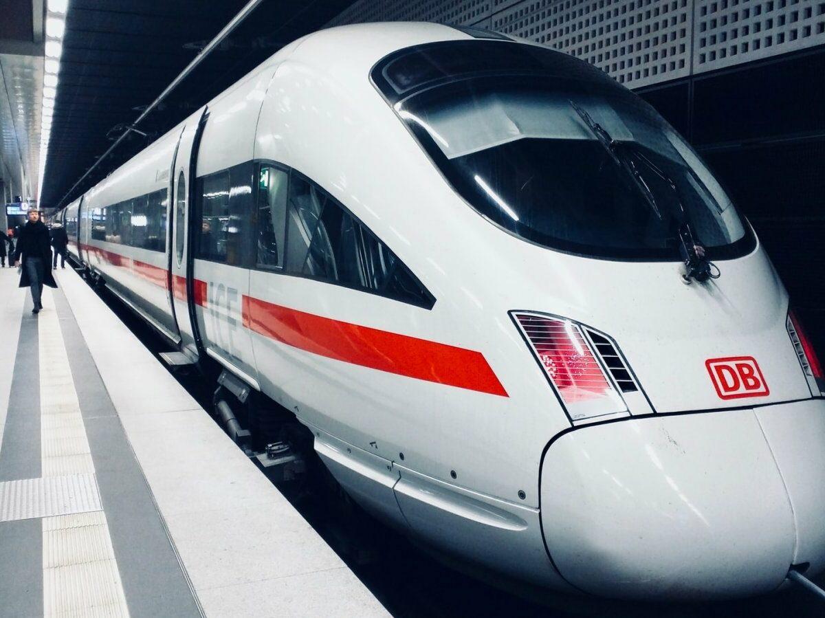 Ein ICE der Deutschen Bahn in einem Bahnhof.