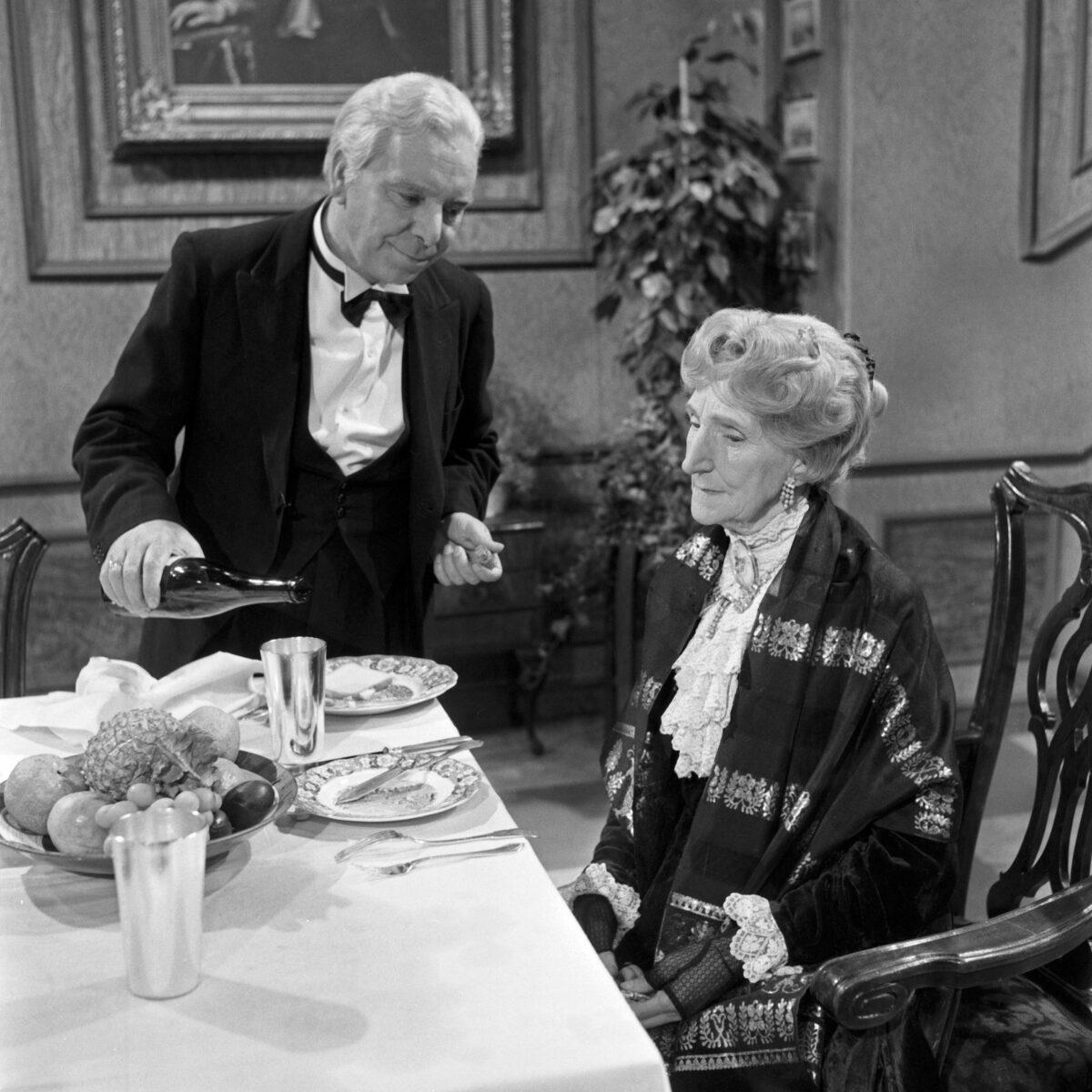 """Immer wieder gut: Freddie Frinton als James der Butler und May Warden als Miss Sophie in """"Der 90. Geburtstag oder Dinner for One"""""""