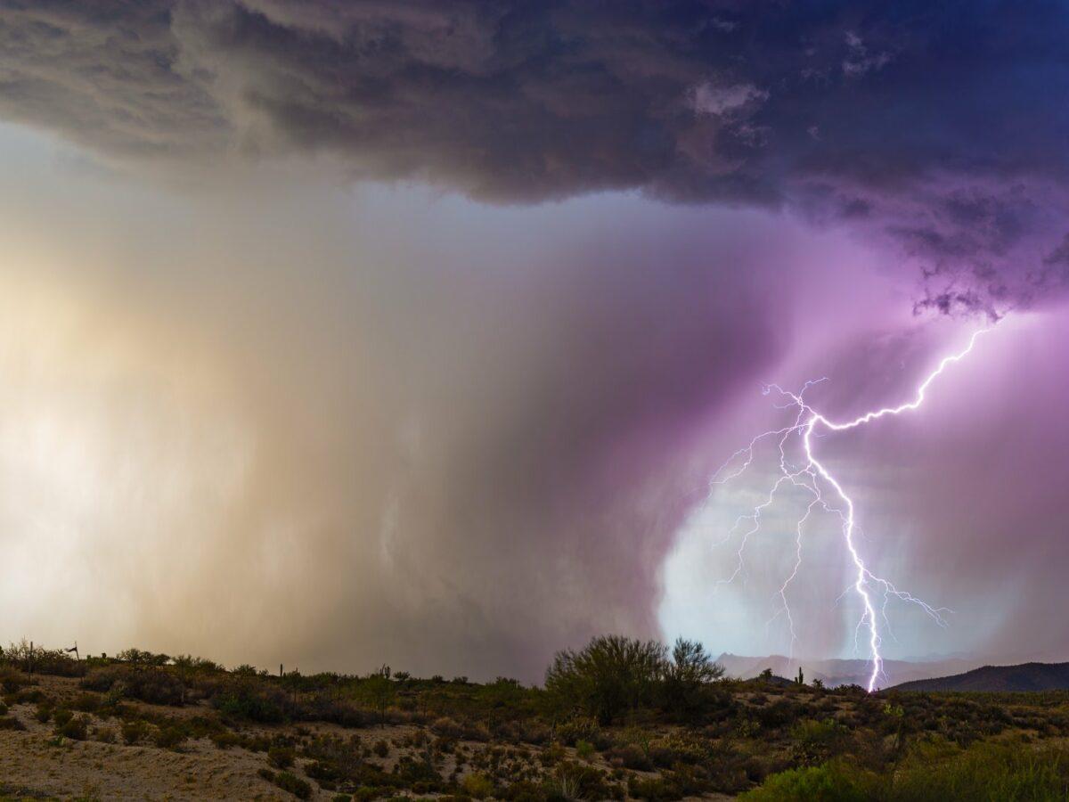 Gewitter mit Blitz und Downburst.