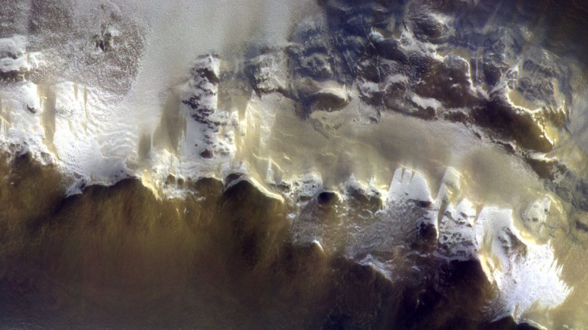 Eis am Rand des Korolev-Kraters am Mars