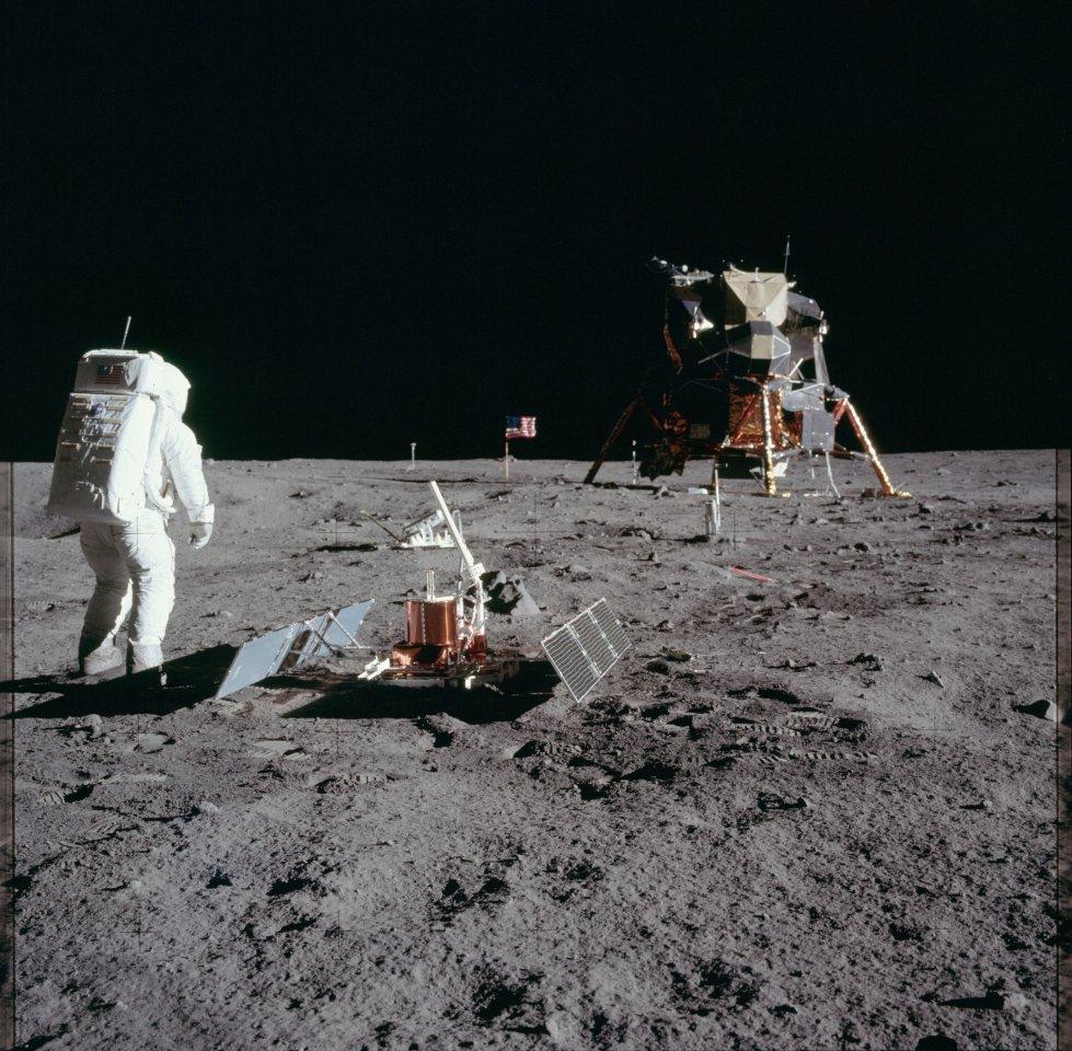 """Vor der Unendlichkeit: Neil Armstrong nutzt die Gelegenheit Aldrin vor der Mondlandefähre """"Eagle"""" zu fotografieren. Die erste Mondlandung ist auch ein mediales Ereignis."""