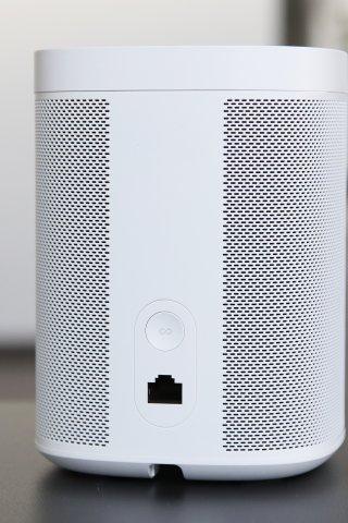 Der smarte Sonos One Lautsprecher lässt trotz Alexa nicht alles mit sich machen.
