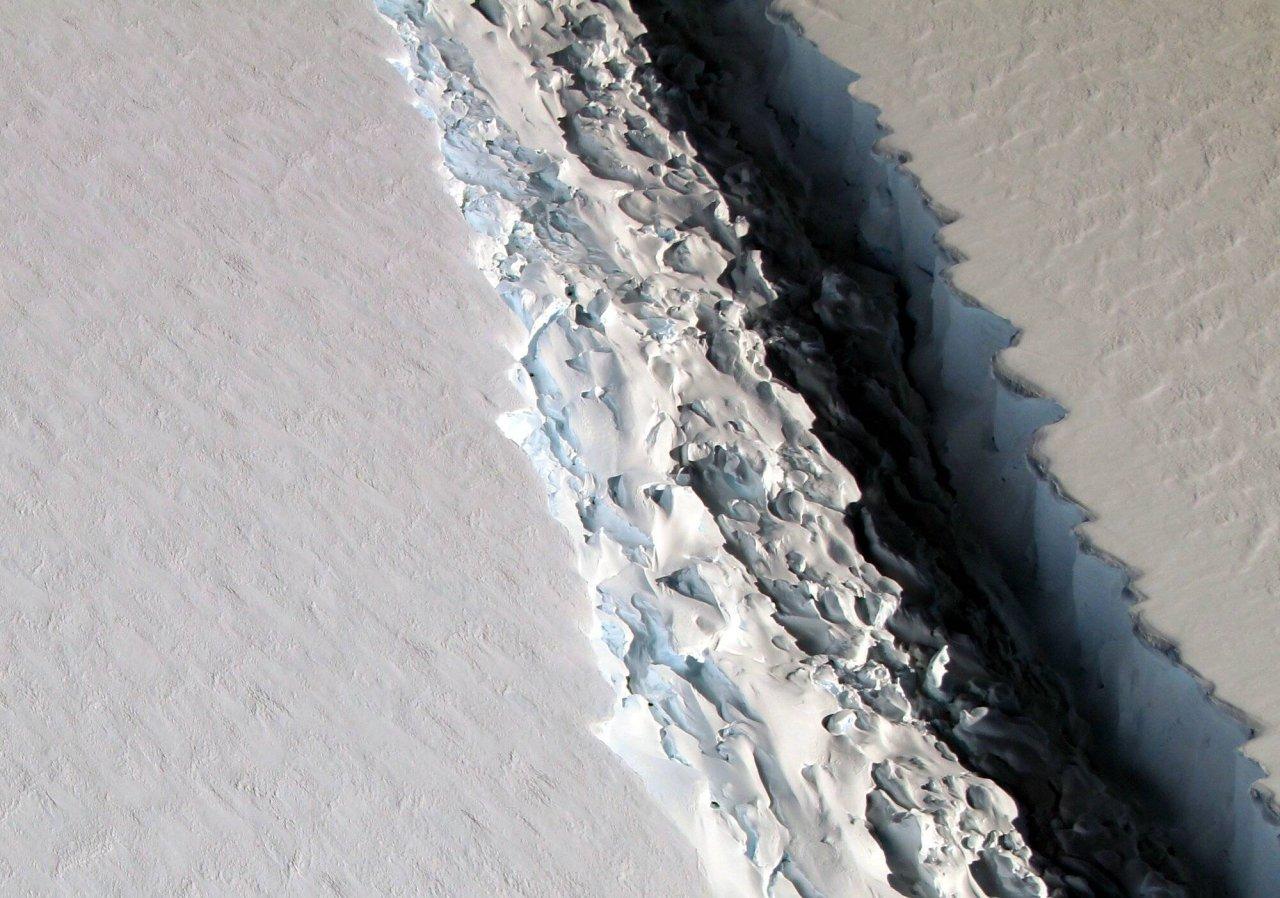 Der Riss im Eisberg A-68 vergrößerte sich 2016/2017 enorm.