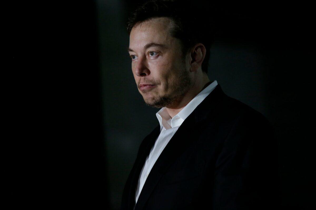 Tesla-Chef mit heruntergezogenen Mundwinkeln