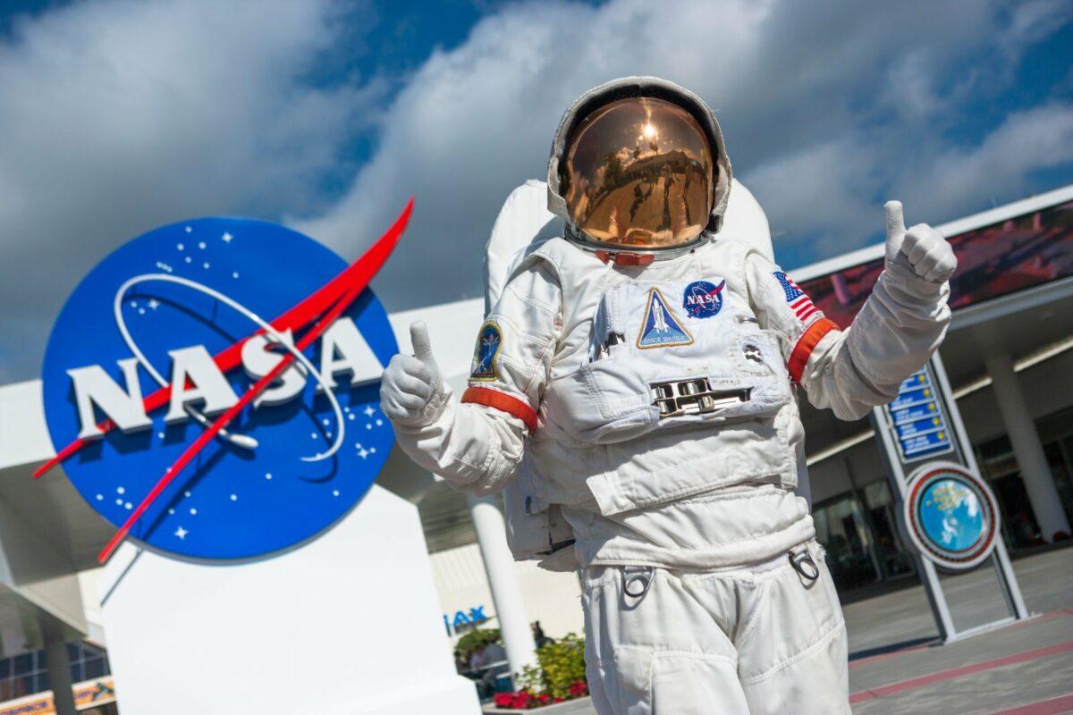 Astronaut vor dem Logo der NASA