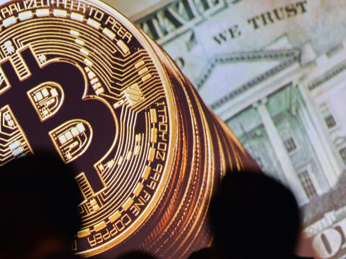 Bitcoin-MÜnzen vor US-Dollarnote