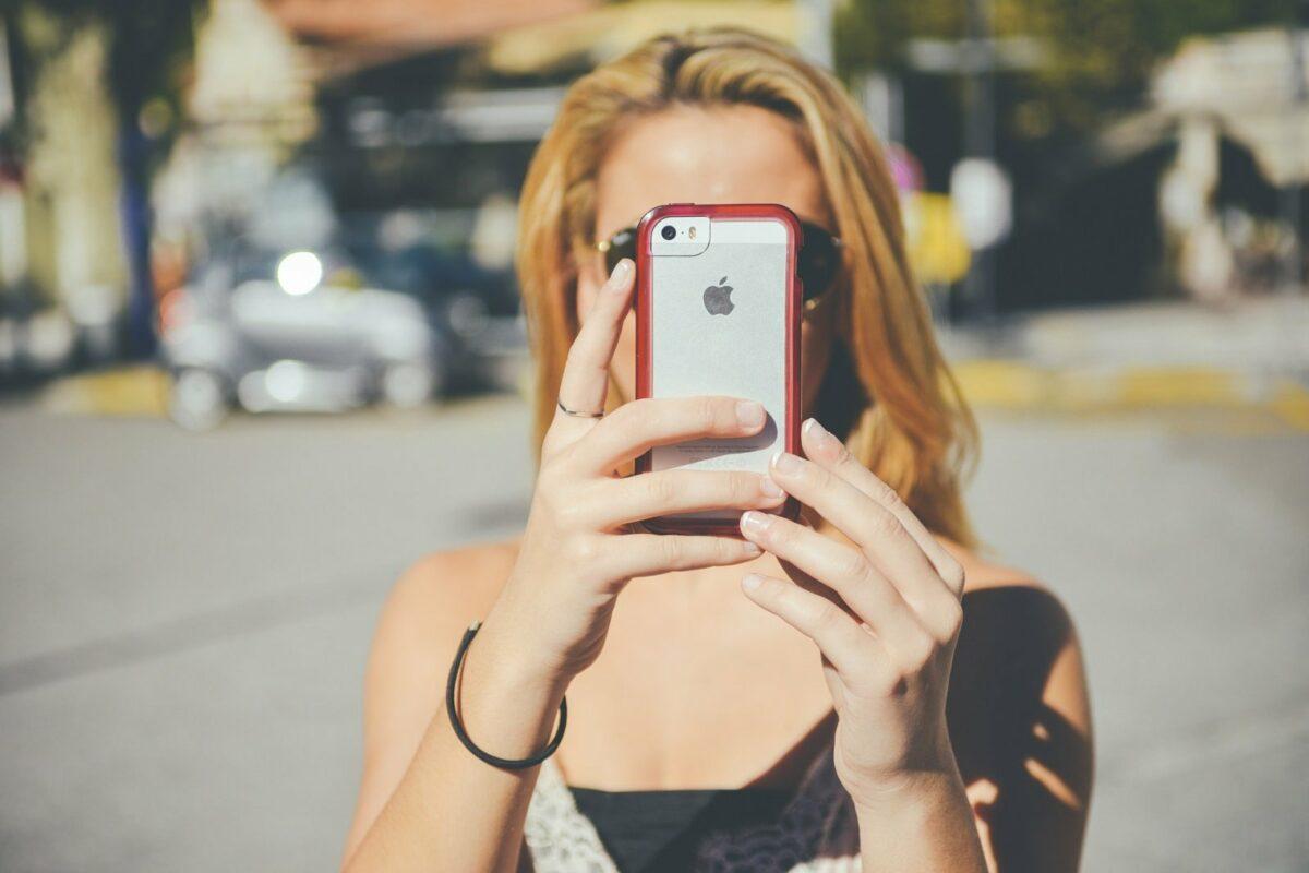 Frau benutzt die Face ID von Apple.