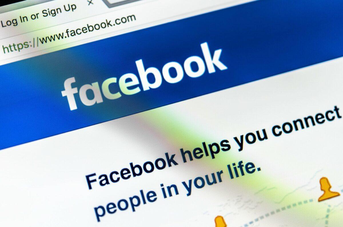 Die Webseite von Facebook auf einem Computermonitor.