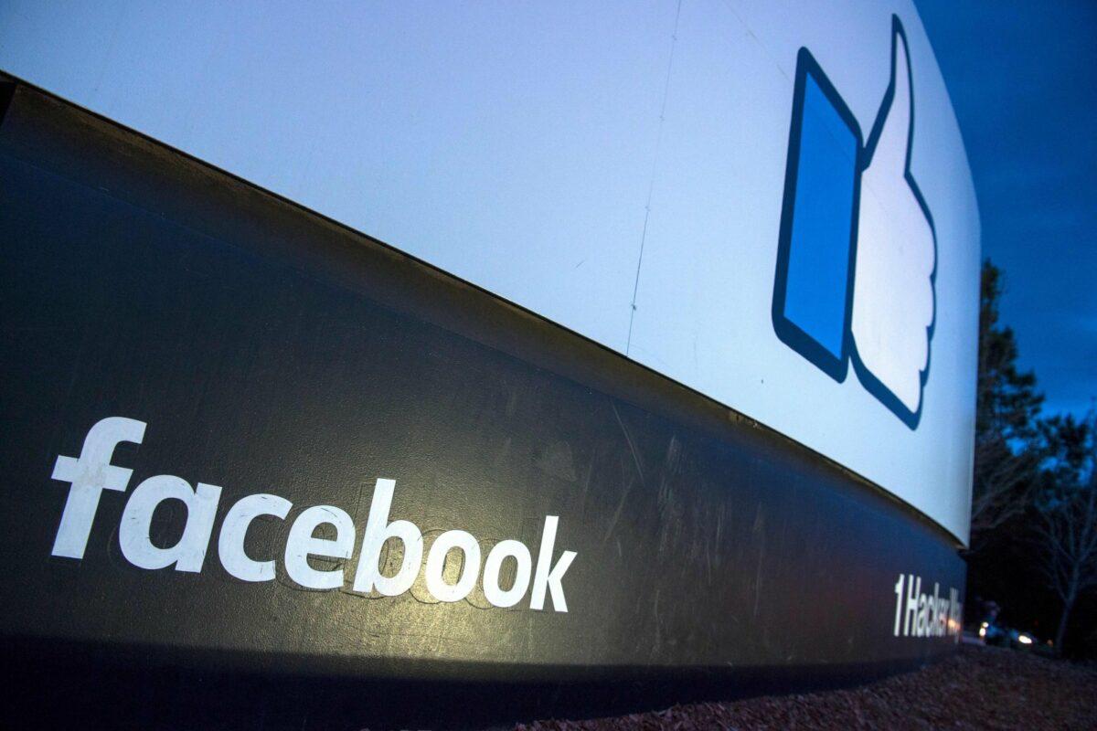Das Facebook-Logo und der Facebook-Daumen