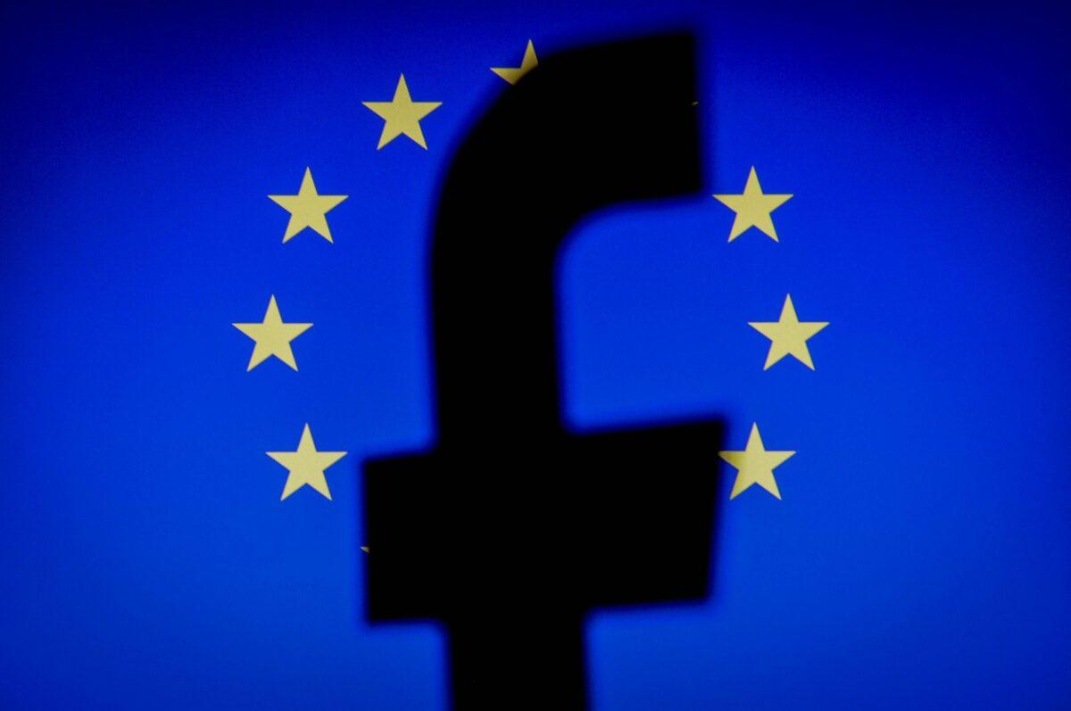 Facebook-Icon schattiert vor einer EU-Flagge