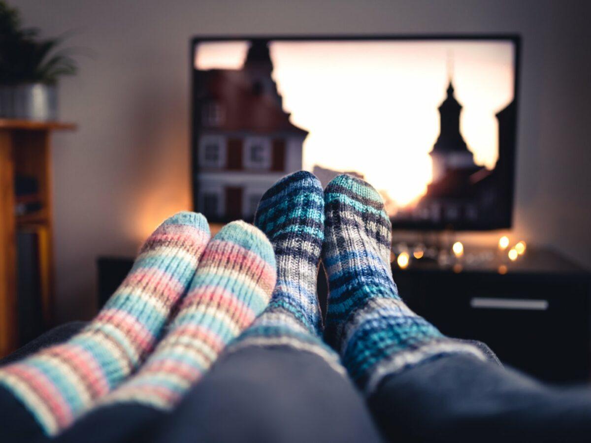 Menschen auf dem Sofa sehen fernsehen.