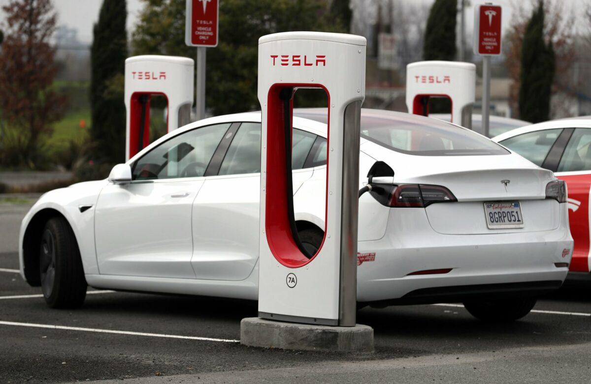 Tesla an der Ladestation