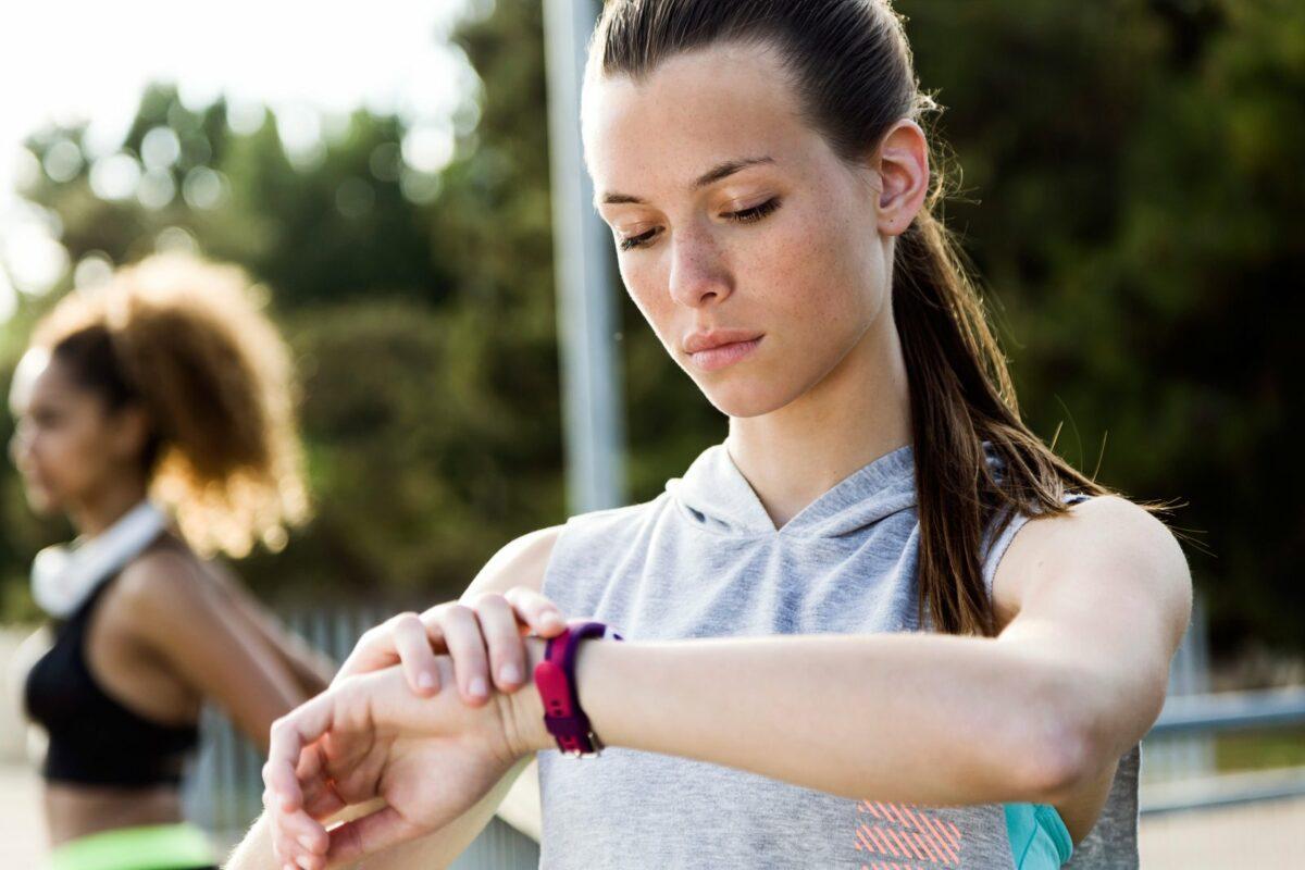 Frau mit Fitness-Tracke am Arm.