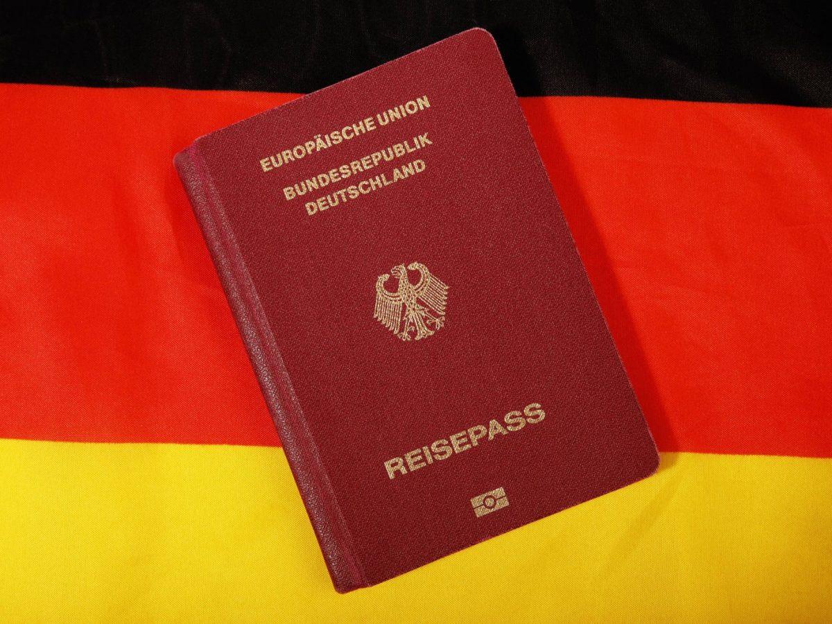 Reisepass auf Deutschlandflagge