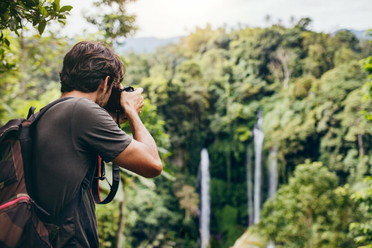 Mann fotografiert in der Natur