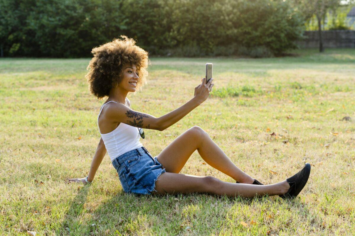 Frau fotografiert mit Handy.