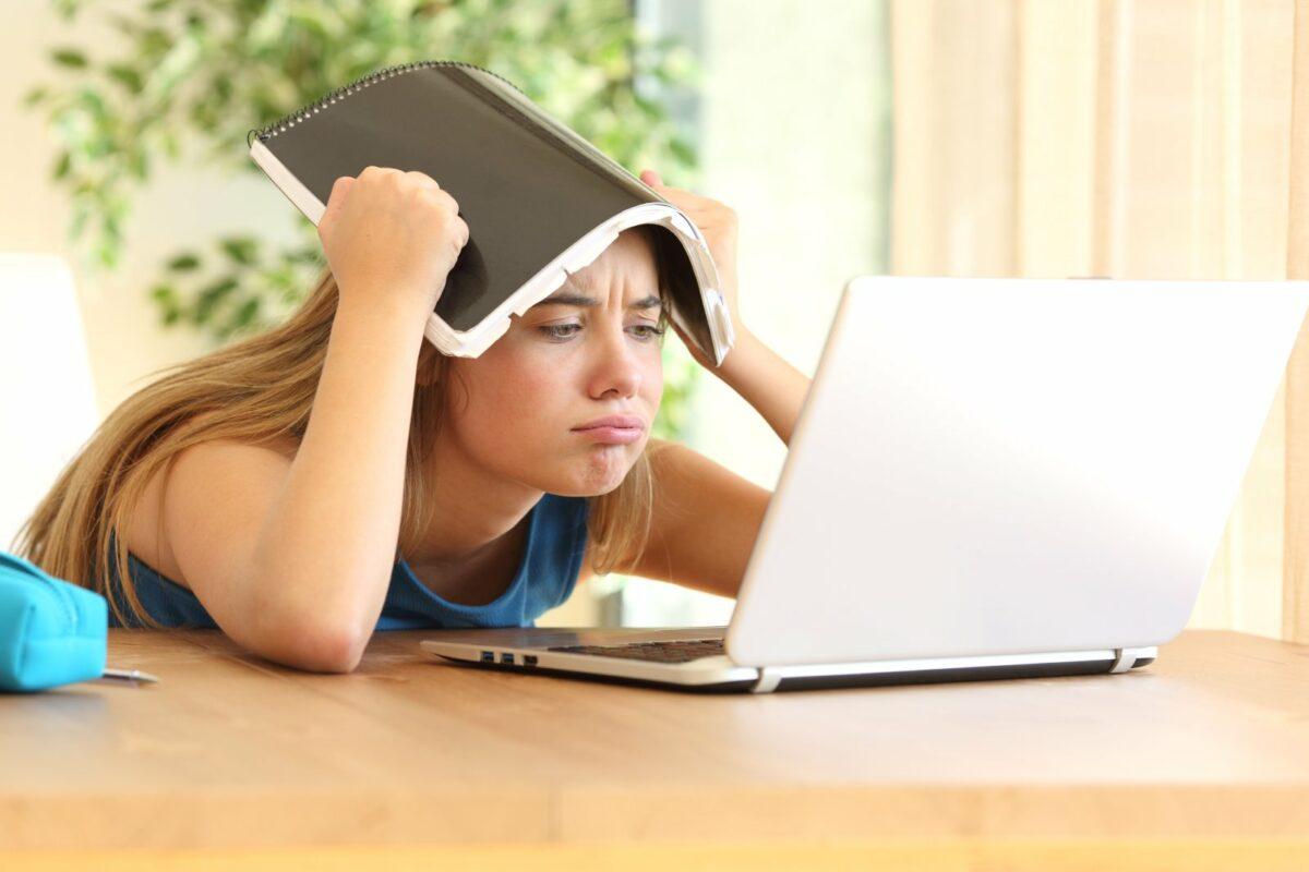 Frau frustriert vor dem PC.