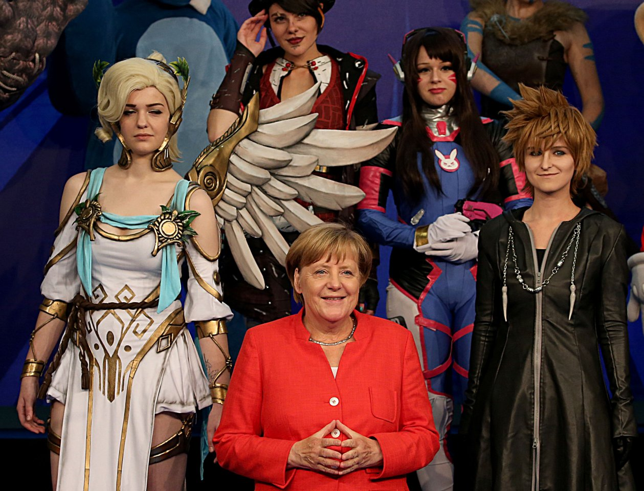 Auch Bundeskanzlerin Merkel kann sich dem Charme von Cosplayern scheinbar nicht entziehen.